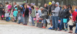 Hundreds weather snow to hunt eggs